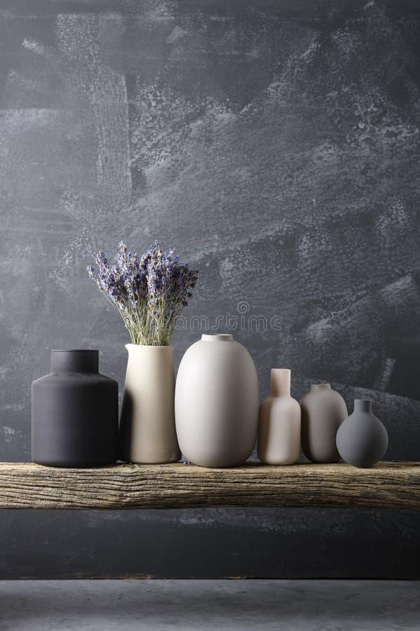 Различные вазы на деревянной полке стоковая фотография