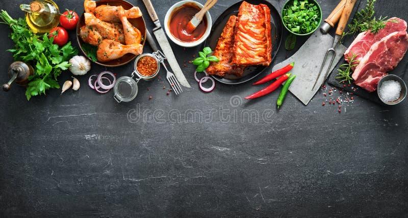 Различные виды гриля и мяс bbq с винтажными утварями кухни и мясника стоковые изображения