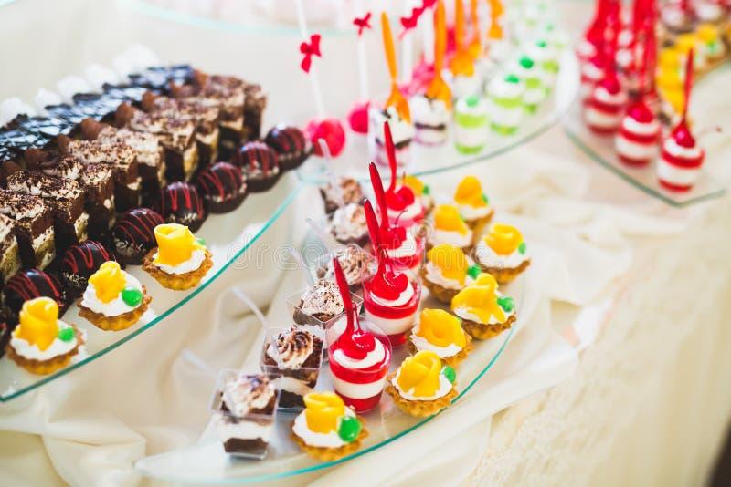 Различные виды испеченных помадок на шведском столе стоковое изображение