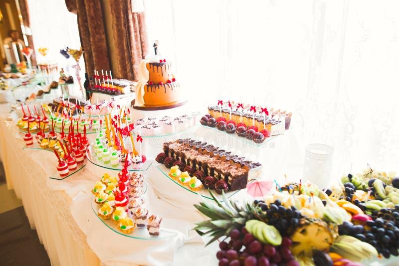 Различные виды испеченных помадок на шведском столе стоковая фотография rf