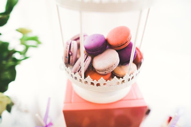 Различные виды испеченных помадок на шведском столе стоковое фото