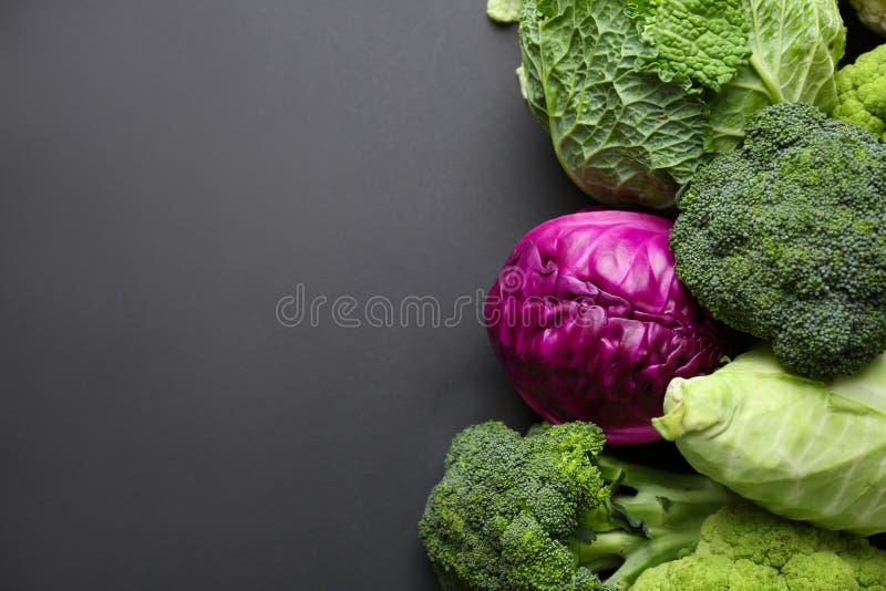 Различные виды капусты на темной предпосылке стоковое изображение