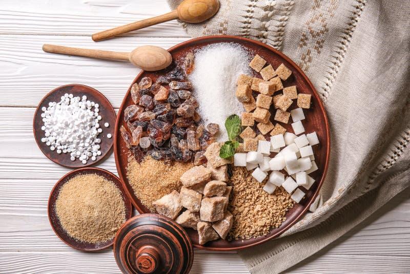 Различные виды сахара на белом деревянном столе стоковая фотография