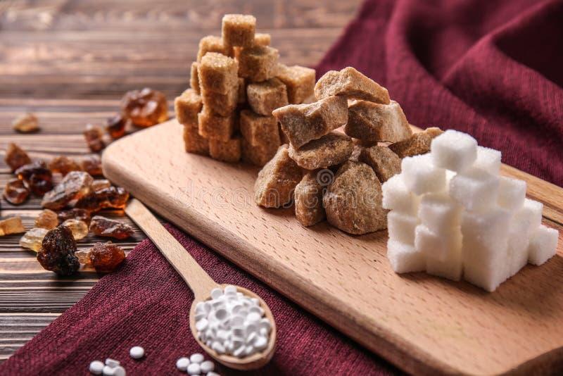 Различные виды сахара на деревянной доске стоковая фотография rf