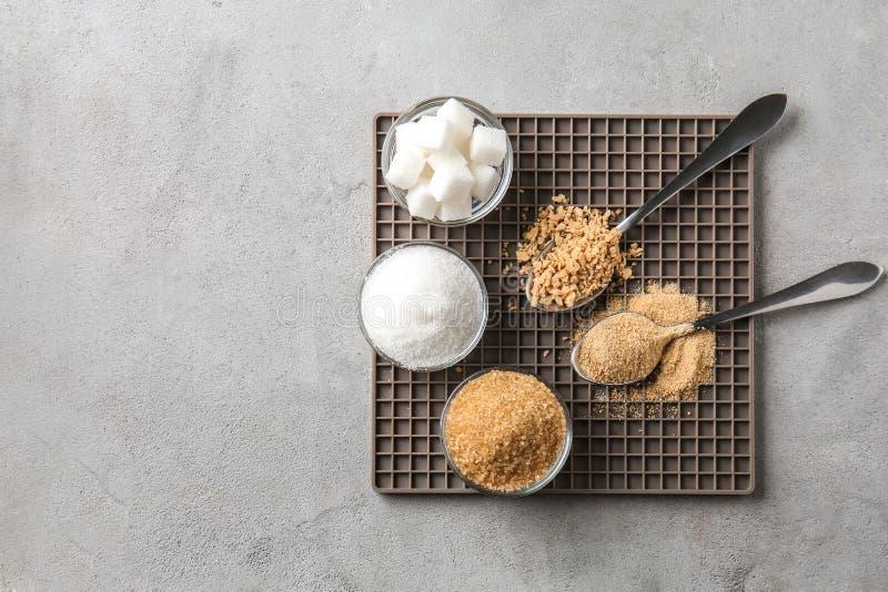 Различные виды сахара на серой таблице стоковые изображения rf