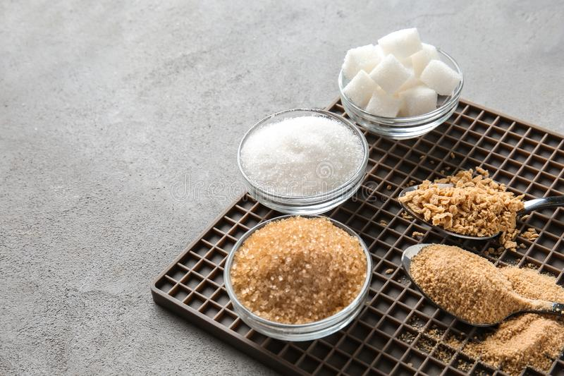 Различные виды сахара на серой таблице стоковая фотография