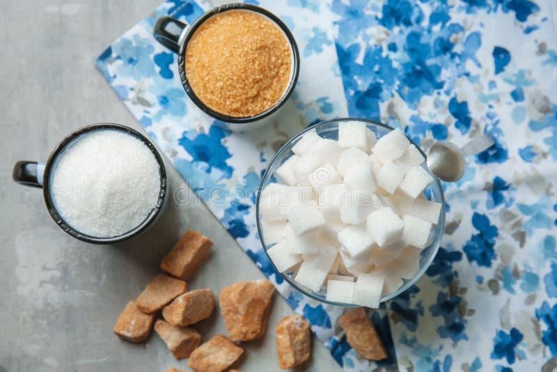 Различные виды сахара на серой таблице стоковое фото rf