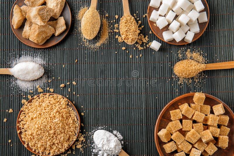 Различные виды сахара на темной таблице стоковое фото