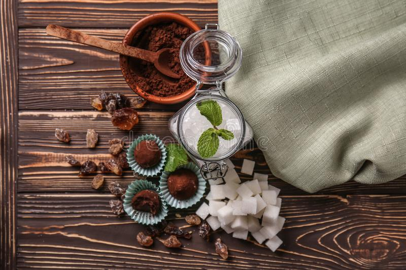 Различные виды сахара с конфетами на деревянном столе стоковые изображения