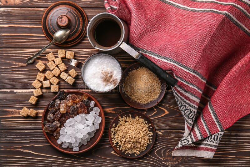 Различные виды сахара с кофе на деревянном столе стоковая фотография rf