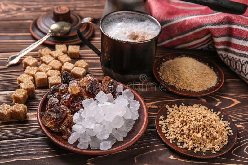 Различные виды сахара с кофе на деревянном столе стоковое фото