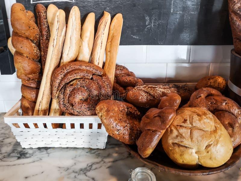 Различные виды свежего хлеба показанные на таблице стоковая фотография