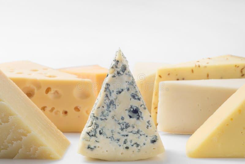 Различные виды сыров изолированных на белой предпосылке стоковое изображение