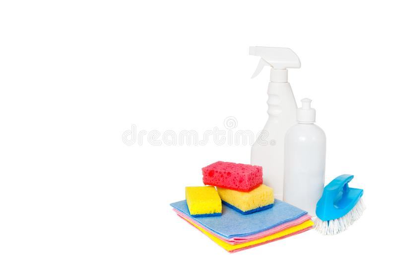 Различные виды уборщиков дома и красочных губок, перчаток изолированных на белизне Очищая предпосылка r E стоковое изображение