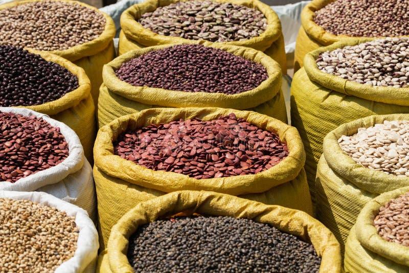 Различные виды фасолей бобов в оптовых сумках на рынке в Янгоне, Мьянме стоковая фотография