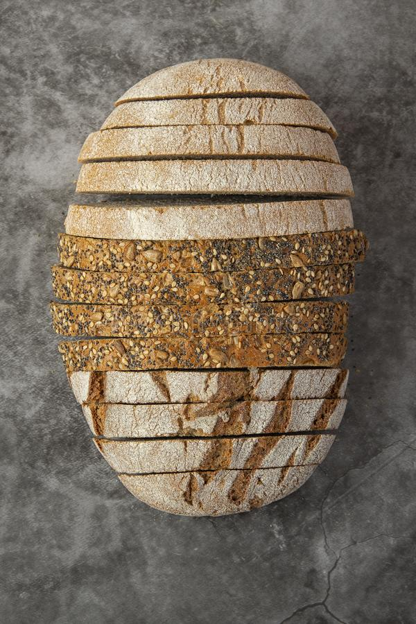 Различные виды хлеба отрезанные на темноте стоковое фото rf
