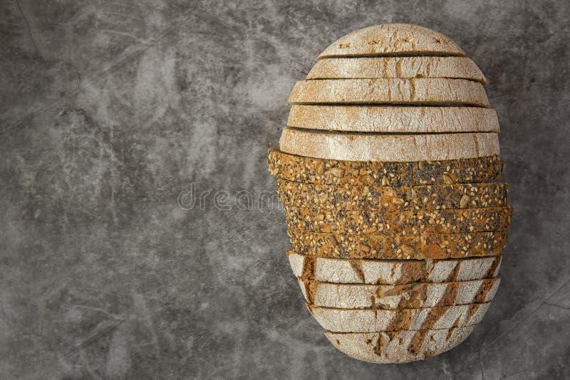 Различные виды хлеба отрезанные на темноте стоковая фотография rf