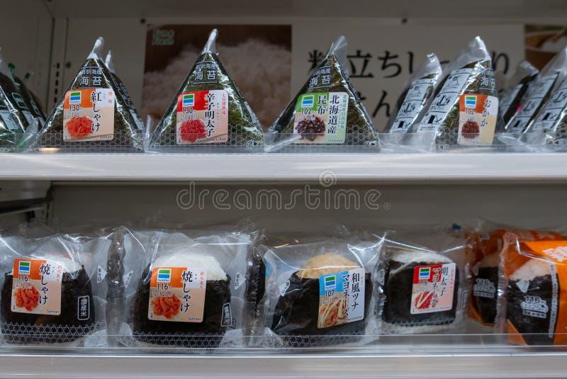 Различные вкусы японского onigiri риса проданного на konbini выхода удобства рынока семьи в Осака, Японии стоковая фотография