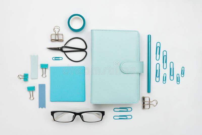 Различные голубые инструменты и аксессуары неподвижных и офиса knolled совместно стоковые фотографии rf