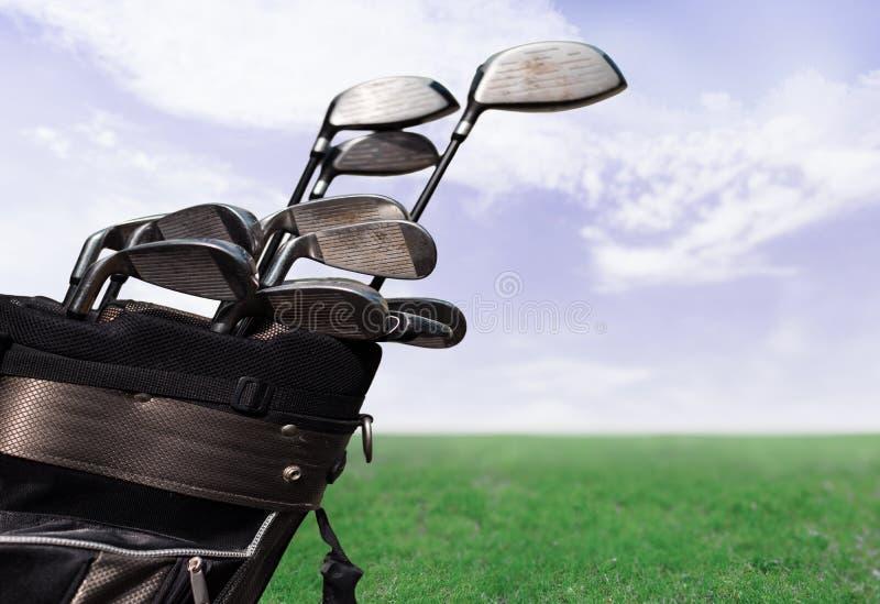 Различные гольф-клубы на запачканной предпосылке стоковое изображение