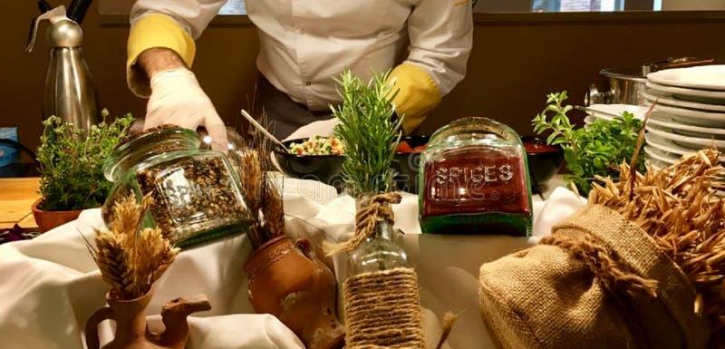 Различные добавки к различным блюдам, ароматичным специям стоковые изображения