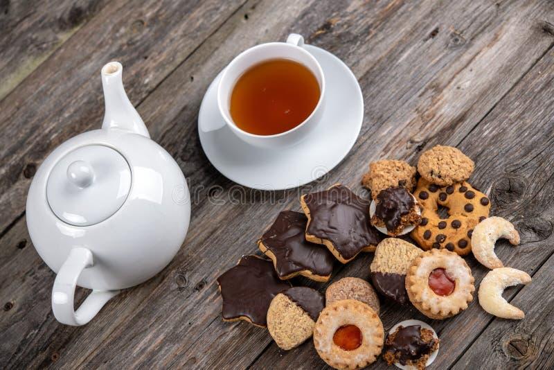 Различные домодельные печенья с чашкой и баком чая стоковое изображение rf