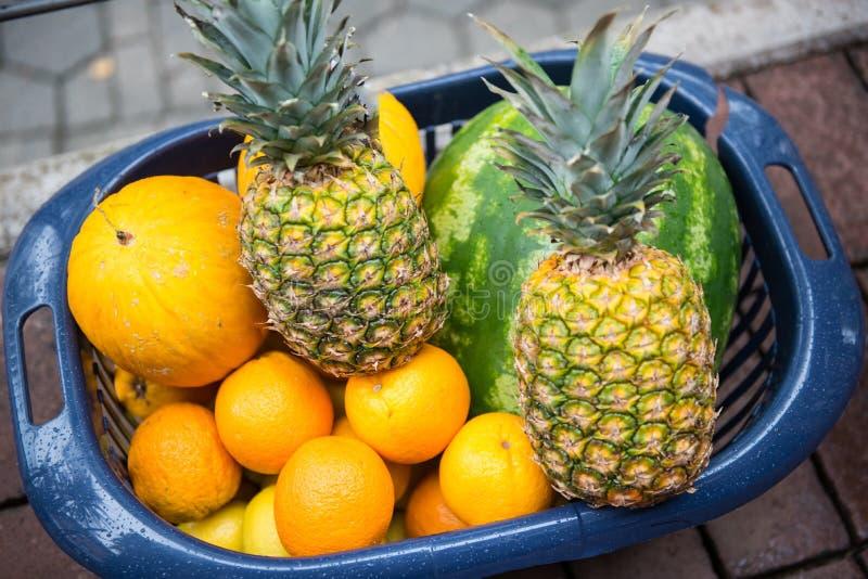 Различные зрелые плодоовощи в пластичной корзине на мостоваой стоковое изображение rf