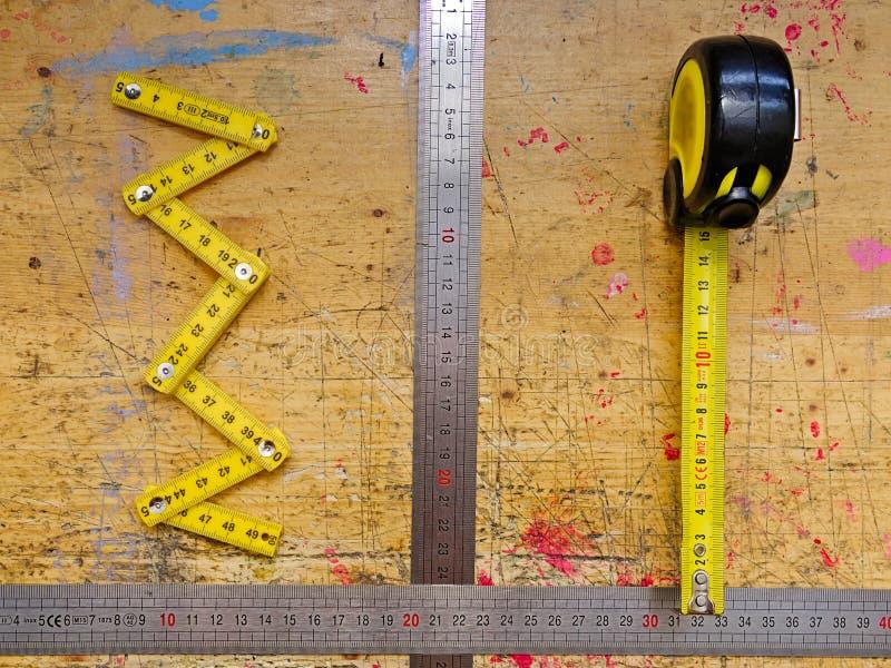 Различные измеряя инструменты на деревянной поверхности стоковые изображения rf