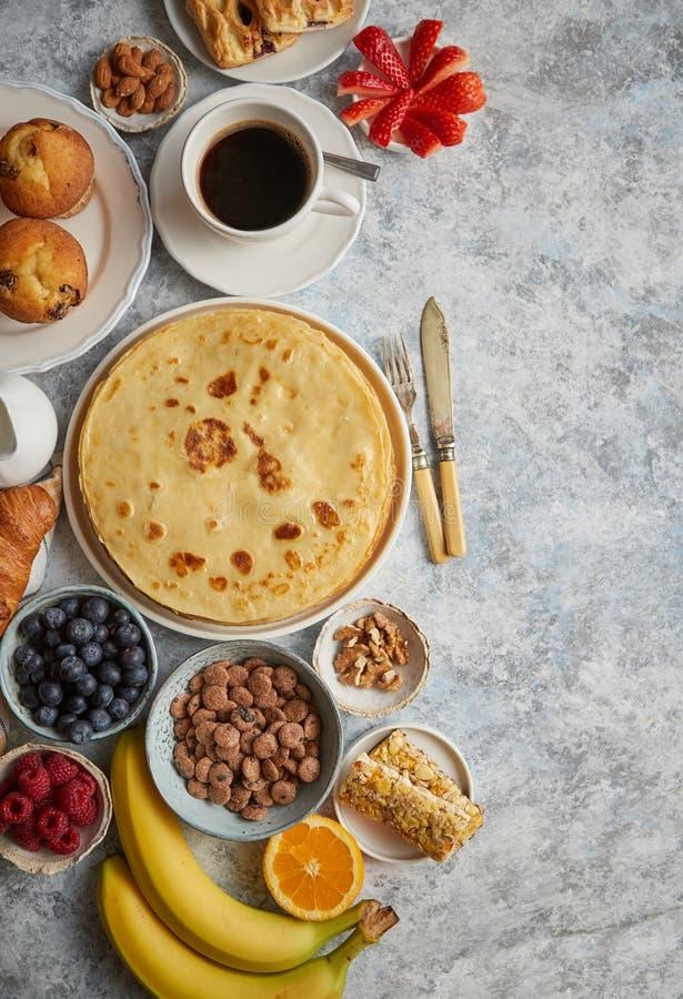 Различные ингредиенты завтрака помещенные на каменной таблице стоковое изображение