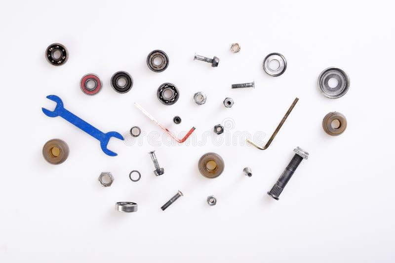 Различные инструменты, болты, подшипники на белой предпосылке стоковая фотография rf