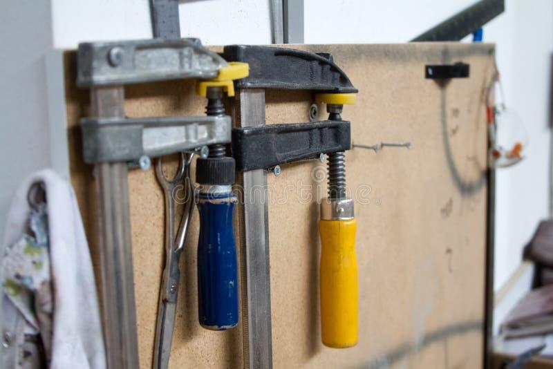 Различные инструменты конструкции, работа по дереву, продукция или мастерская, выборочный фокус стоковые изображения
