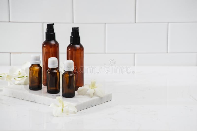 Различные косметические бутылки изолированные на белизне стоковое фото
