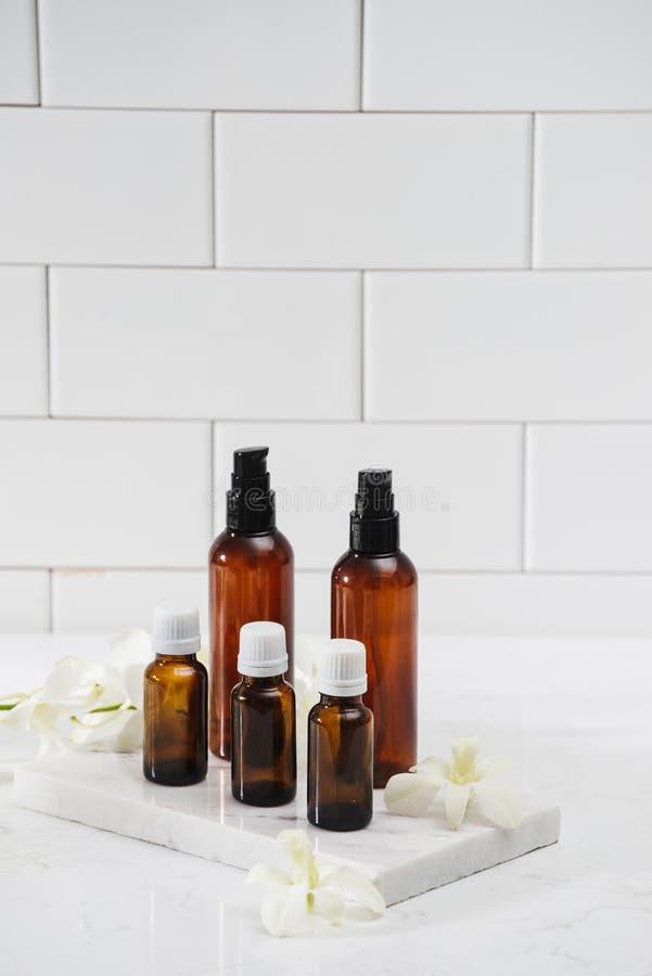 Различные косметические бутылки изолированные на белизне стоковая фотография