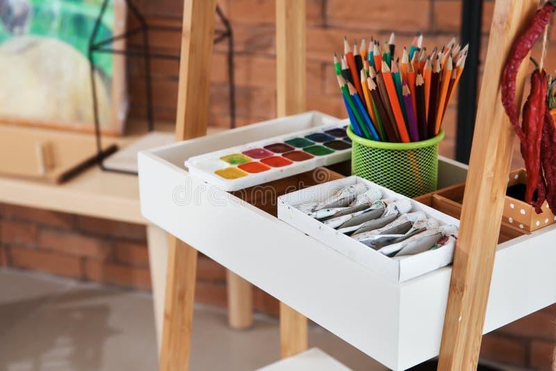 Различные краски с карандашами в мастерской художника стоковая фотография rf