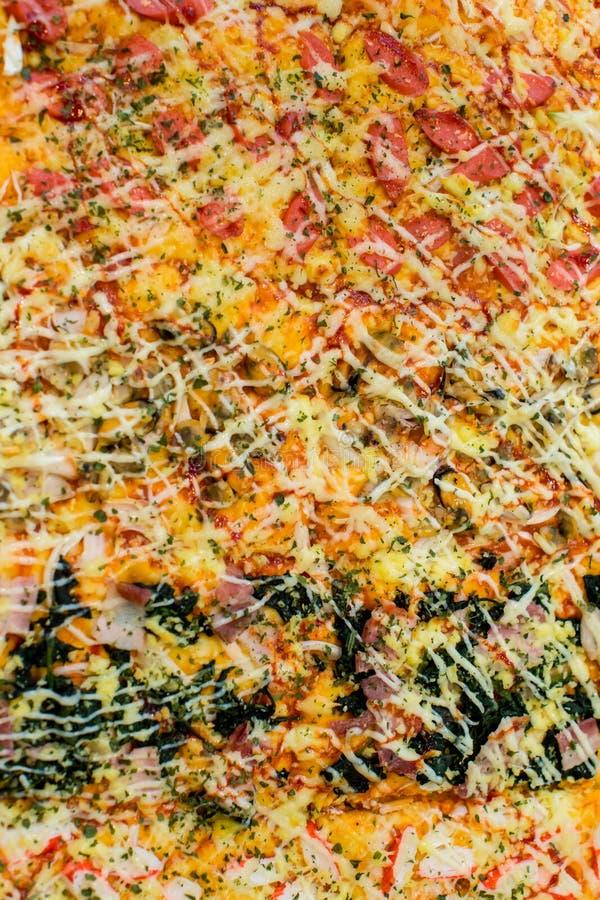 Различные куски пиццы на деревянном столе Пицца салями с сыром стоковое фото