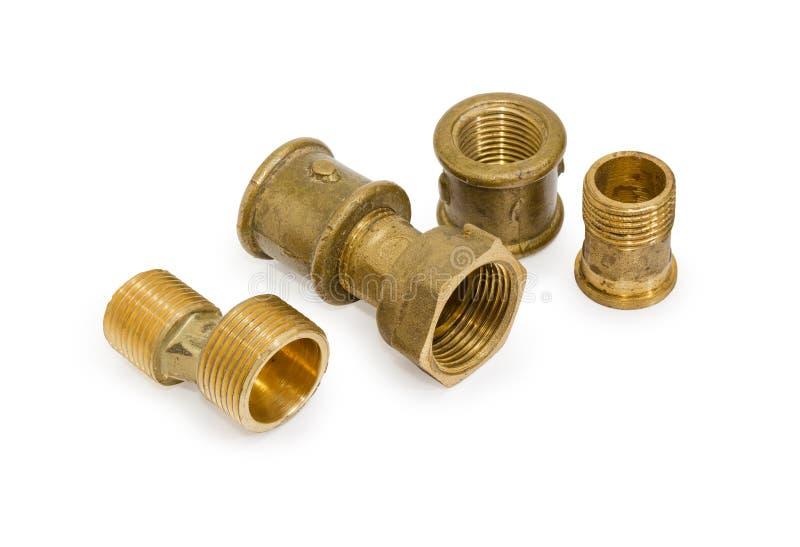 Различные латунные штуцеры трубы и компоненты трубопровода на белом b стоковое фото