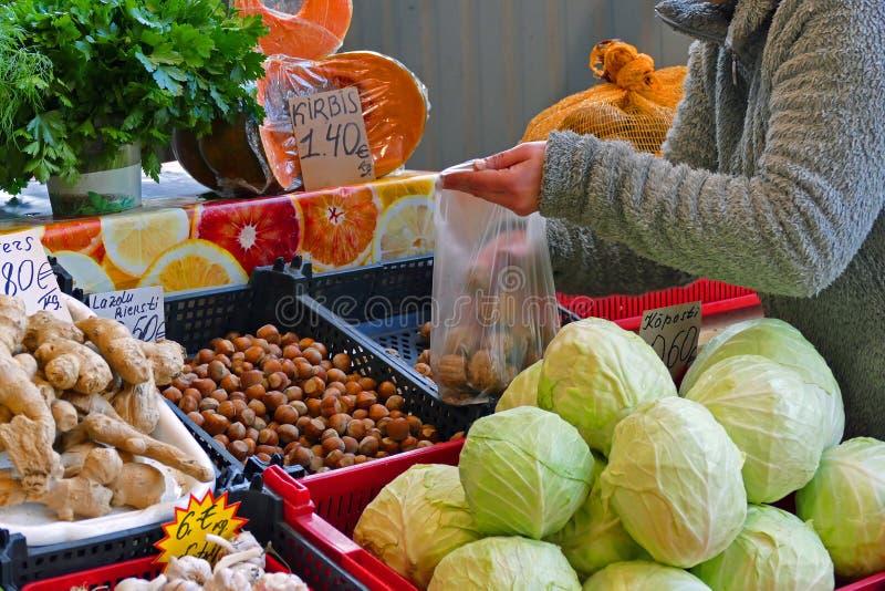 различные местные продукты на базаре стоковое фото