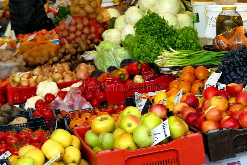 различные местные продукты на базаре стоковое изображение