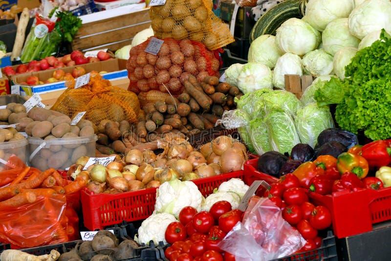 различные местные продукты на базаре стоковые фотографии rf