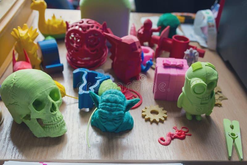 Различные модели пластмассы на таблице изготовлены на принтере 3d стоковое фото rf