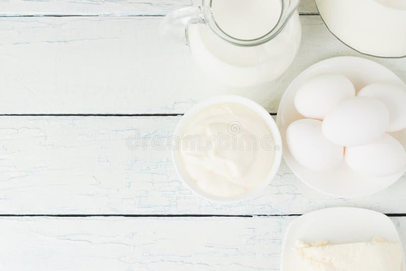 Различные молочные продучты, белая деревянная предпосылка стоковые фото