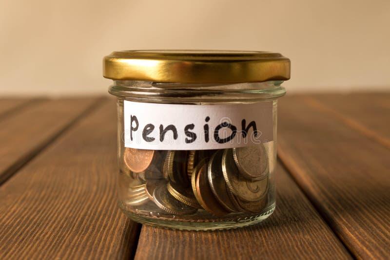 Различные монетки в стеклянном опарнике Концепция сбережений пенсии стоковые изображения rf
