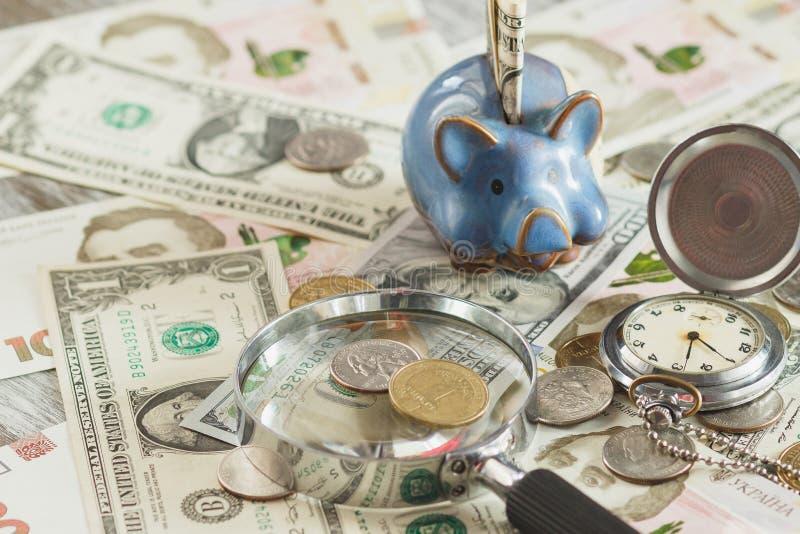 Различные монетки и банкноты ` s сборника стоковая фотография rf