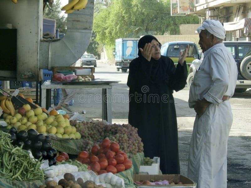 Различные мусульманские люди регулируют личные дела после конфликта с войсками во время комендантских часов стоковые изображения