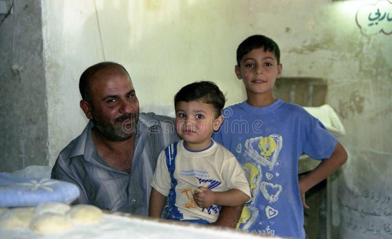 Различные мусульманские люди регулируют личные дела после конфликта с войсками во время комендантских часов стоковая фотография rf