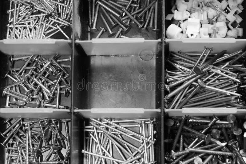 Различные ногти металла в предпосылке toolbox ногти в клетках коробки стоковая фотография