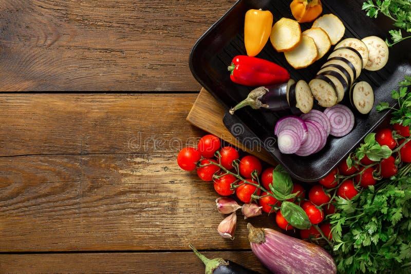 Различные овощи для варить на лотке гриля на деревянном космосе экземпляра взгляда сверху предпосылки стоковое изображение rf