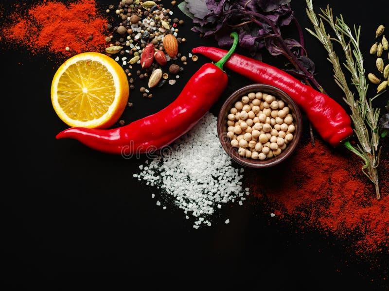 Различные овощи и показной на черной предпосылке, взгляд сверху стоковая фотография