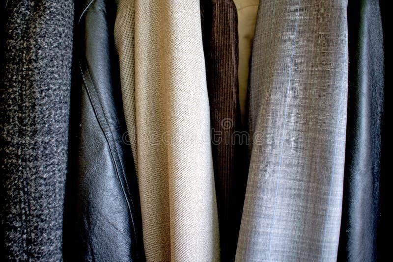 Различные одежды помещенные в шкафе Хорошая текстура стоковое изображение rf