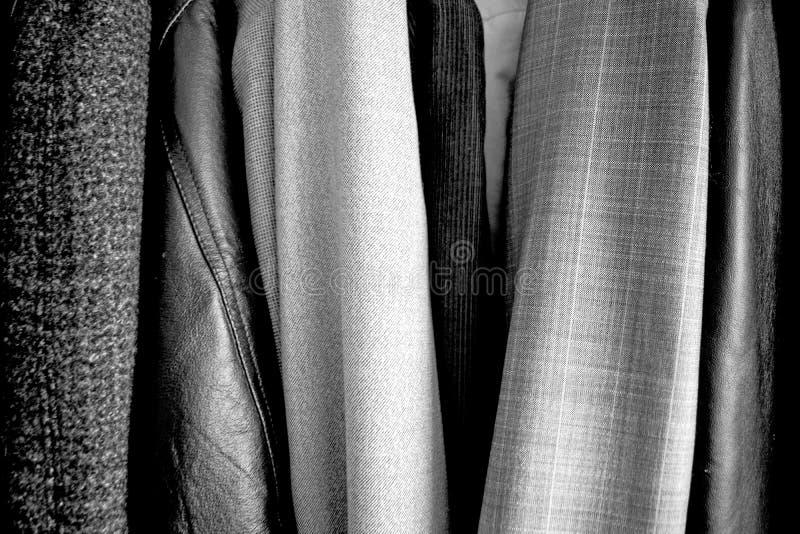 Различные одежды помещенные в шкафе r Хорошая текстура стоковое изображение